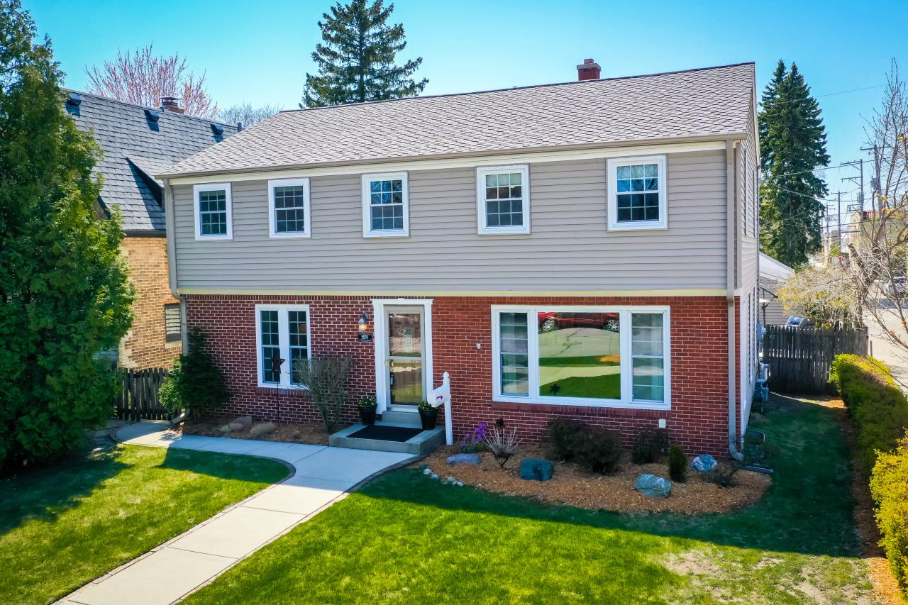 5579 N Hollywood Ave AVENUE, WHITEFISH BAY, WI 53217