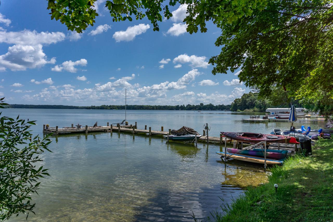 4325 W Beach Rd ROAD, OCONOMOWOC LAKE, WI 53066