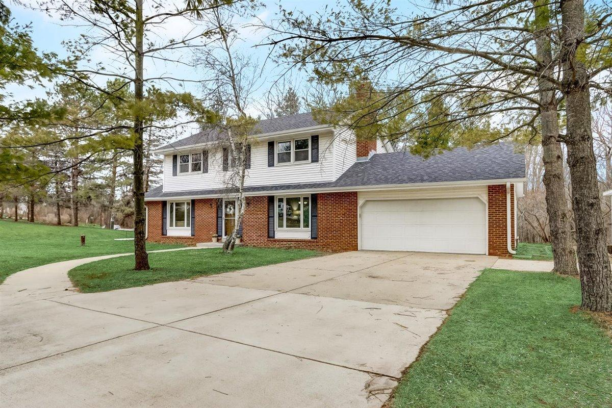 W273S8575 Hillview Dr DRIVE, VERNON, WI 53149