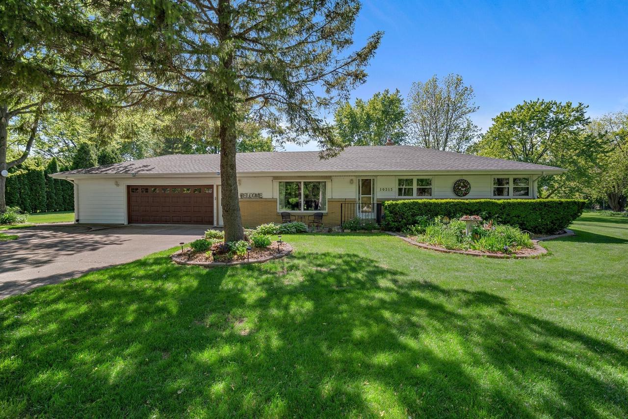 10313 N Sunnycrest Dr DRIVE, MEQUON, WI 53092
