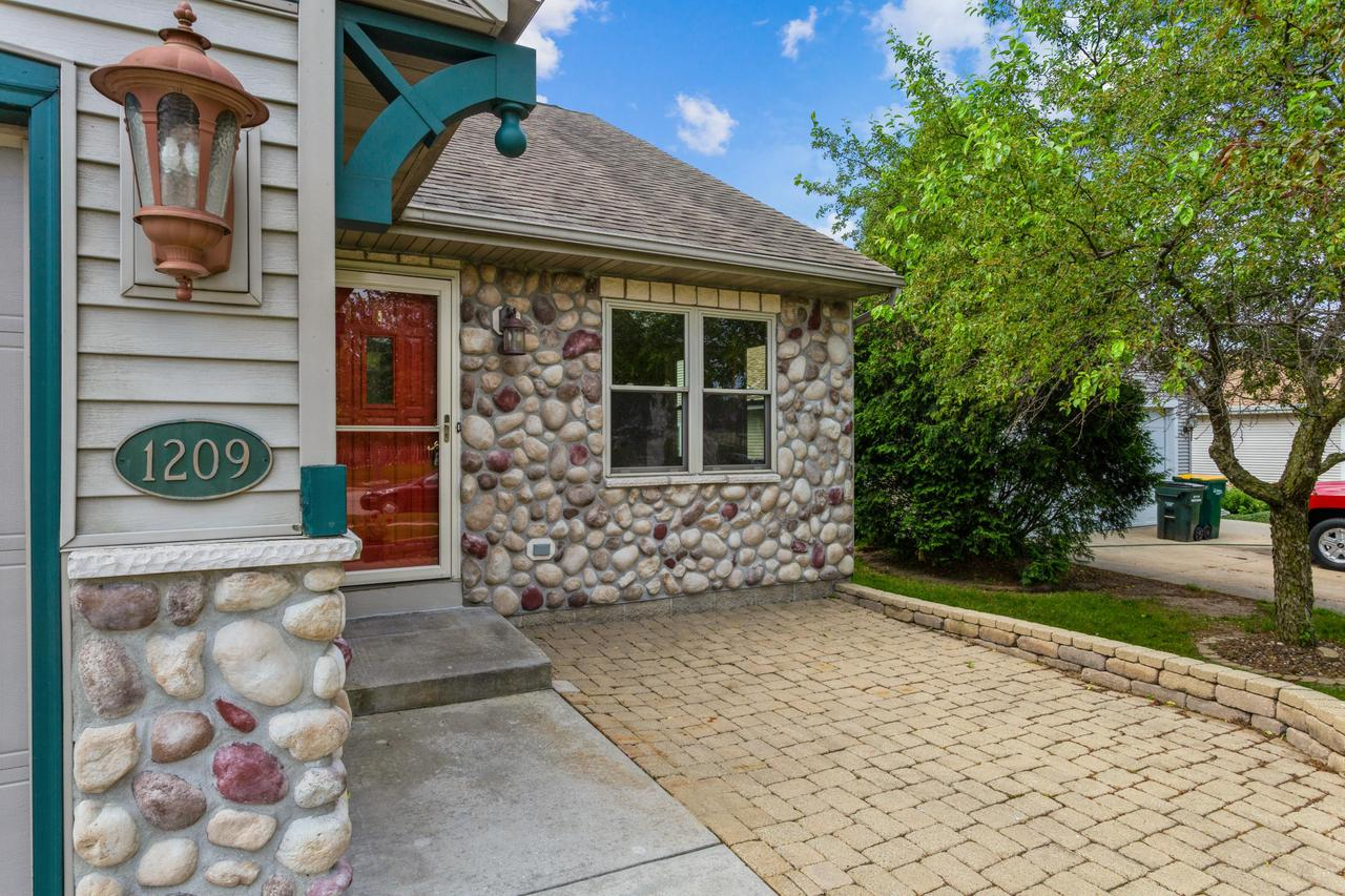 1209 Firethorn Dr DRIVE, WEST BEND, WI 53090