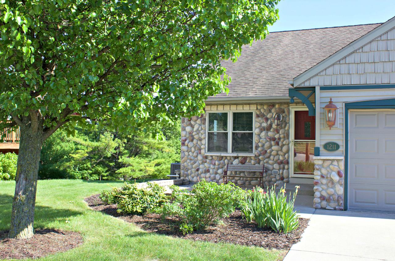 1211 Firethorn Dr DRIVE, WEST BEND, WI 53090