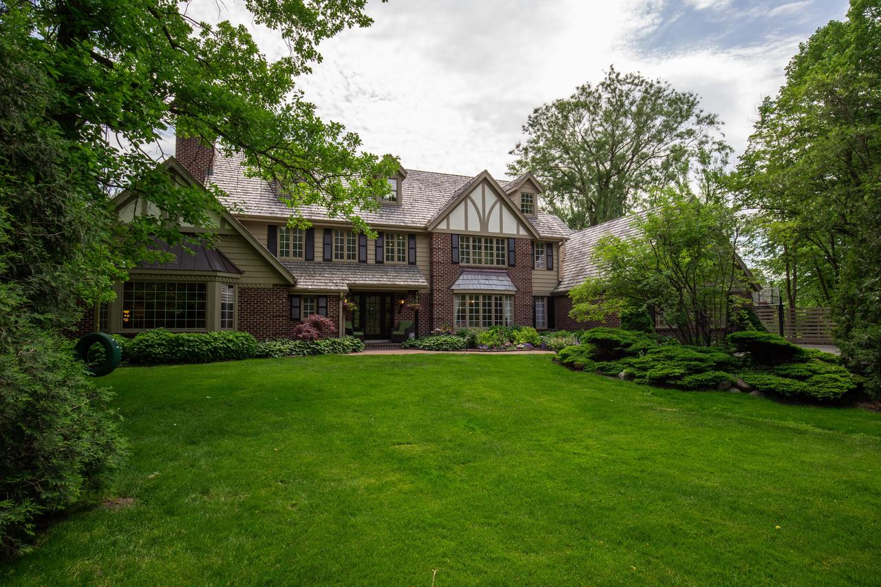 129 W Miller Dr DRIVE, MEQUON, WI 53092